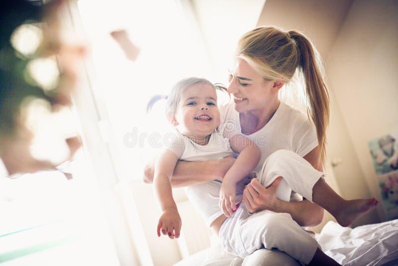 A manhã é hora perfeita para jogar Mãe e filha fotos de stock