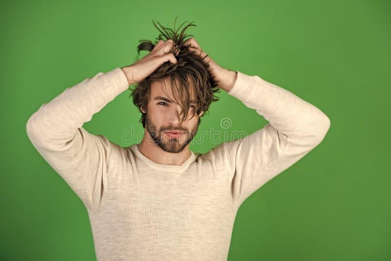 A manhã acorda, vida quotidiana Homem com cabelo bagunçado no roupa interior fotografia de stock royalty free