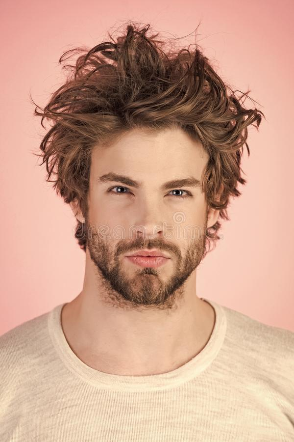 A manhã acorda, vida quotidiana Homem com cabelo bagunçado no roupa interior imagens de stock