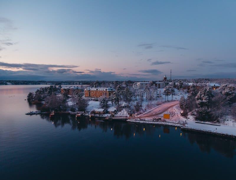 Manhã adiantada do inverno no arquipélago de Éstocolmo em Rindö com neve, Suécia fotografia de stock royalty free