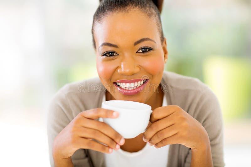 Manhã africana do café da mulher imagem de stock royalty free