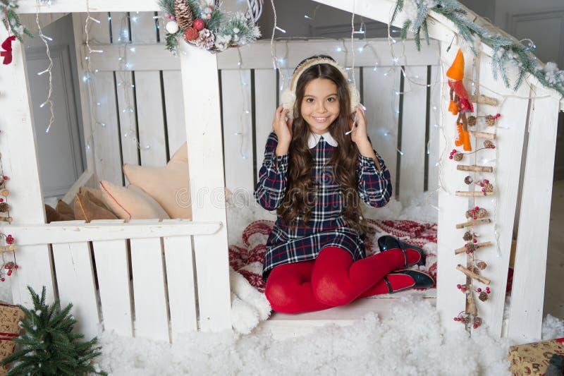 A manhã antes do Xmas Menina bonito da criança pequena com presente do xmas Ano novo feliz Compra do Natal, idéia para seu projet fotos de stock