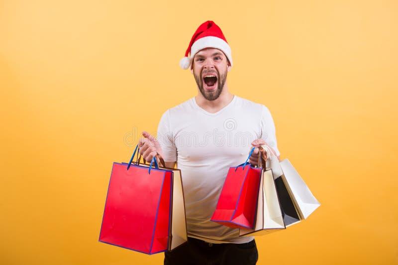 A manhã antes do Xmas Presentes do Natal da entrega Homem no presente de Natal da posse do chapéu de Santa Compra em linha do Nat fotografia de stock