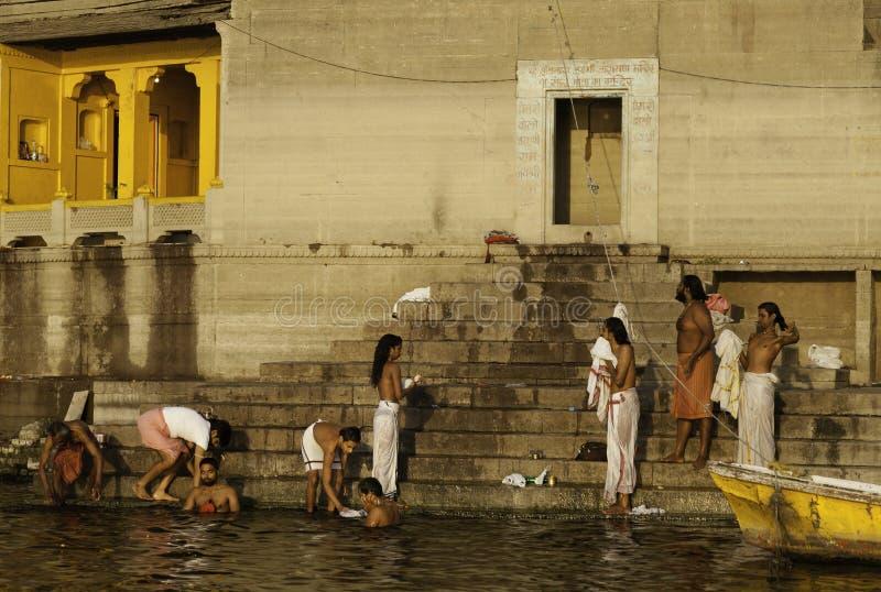 A manhã banha-se no Ghats de Varanasi imagens de stock royalty free