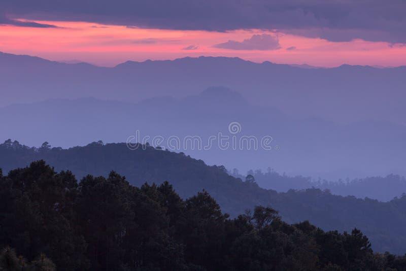 Manhã bonita antes do nascer do sol sobre a montanha fotos de stock royalty free