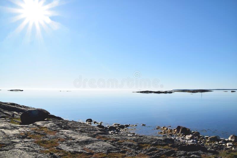Manhã bonita no arquipélago sueco com água tranquilo foto de stock royalty free