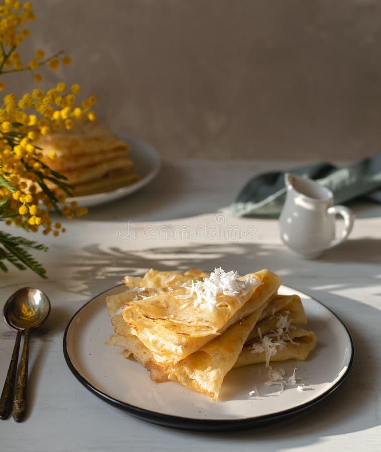 Manhã, café da manhã - panquecas tradicionais do blini do russo, crepes franceses chantiliy, flor da mimosa fotos de stock