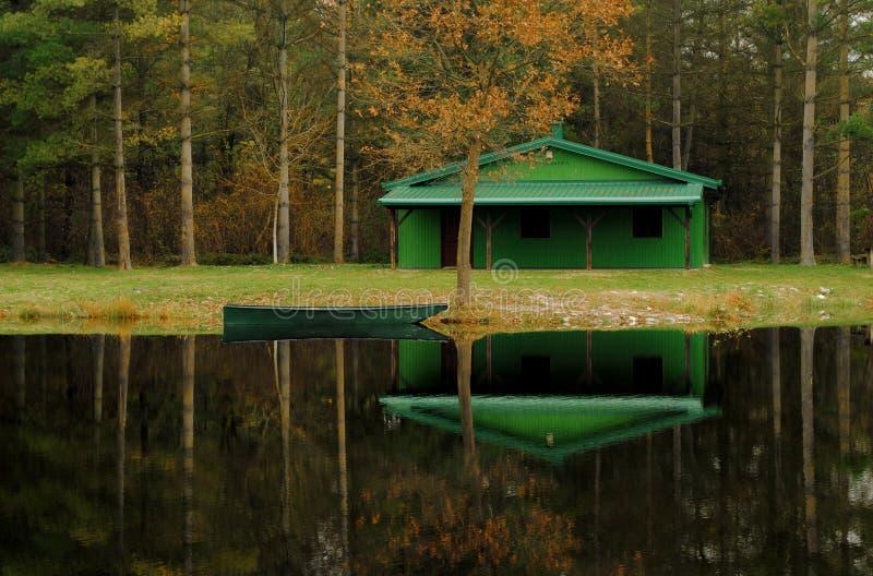 Manhã calma cabana no lago - lago imagens de stock