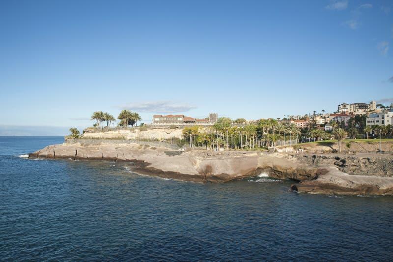 Manhã clara bonita sobre a caminhada litoral estreita por Casa del Duque, para Playa del Duque, Tenerife, Ilhas Canárias, Espanha foto de stock