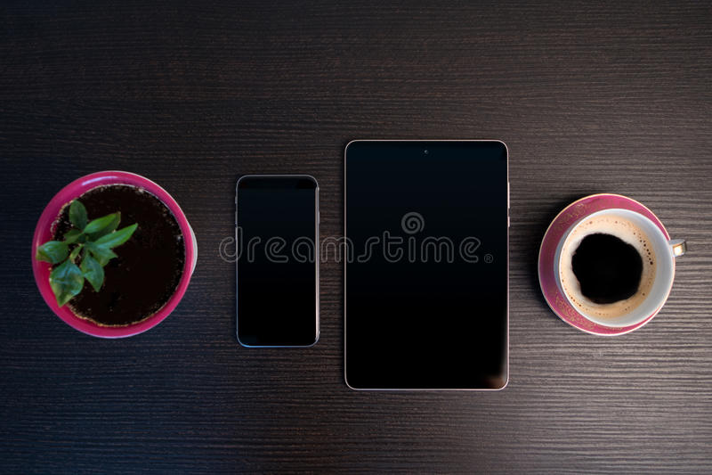 Manhã com tabuleta e o telefone esperto fotografia de stock
