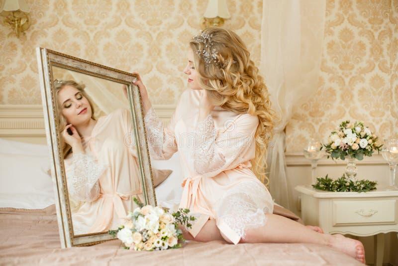 Manhã consideravelmente nova do casamento do ` s da noiva imagens de stock