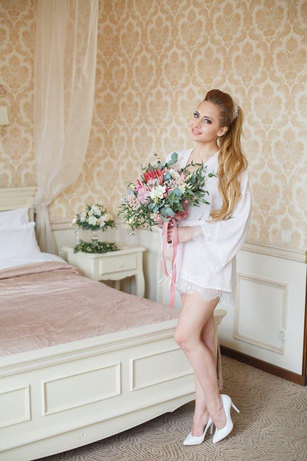 Manhã consideravelmente nova do casamento do ` s da noiva fotos de stock royalty free