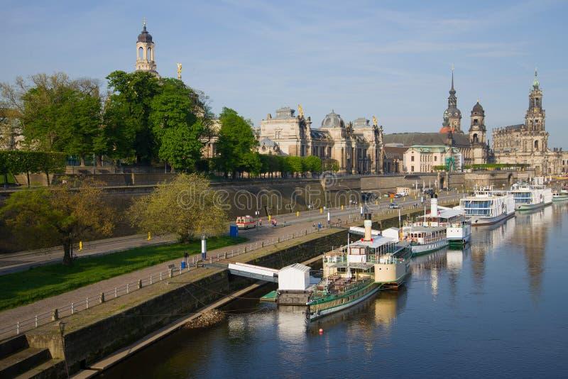 Manhã da mola em Elba River Embankment no centro histórico de Dresden imagens de stock royalty free