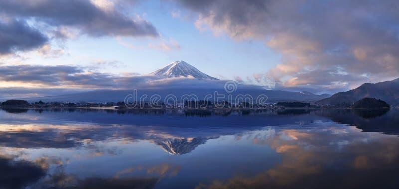 Manhã da montanha de Fuji no panorama de Kawaguchi do lago imagem de stock royalty free