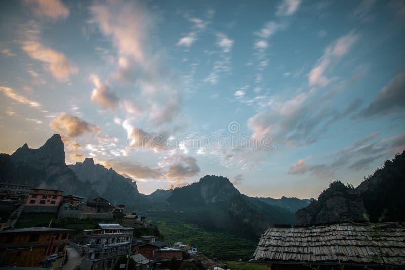 Manhã da montanha de Zhajana imagens de stock