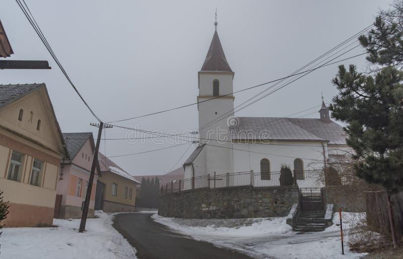 Manhã da névoa na vila de Spisske Tomasovce imagem de stock royalty free
