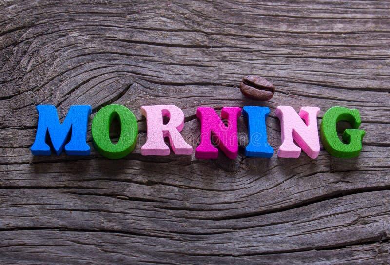 A manhã da palavra na madeira e no café foto de stock