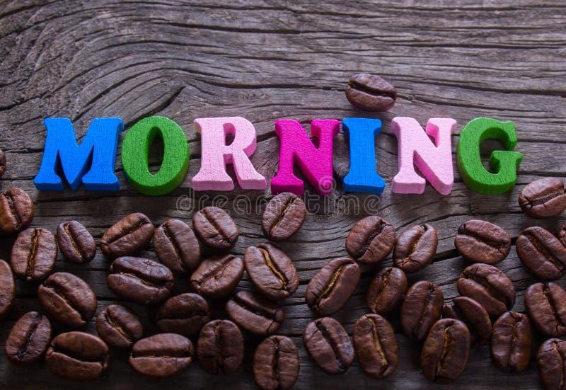 A manhã da palavra na madeira e no café imagem de stock royalty free
