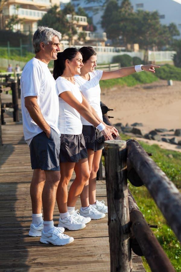 Manhã da praia da família fotografia de stock royalty free