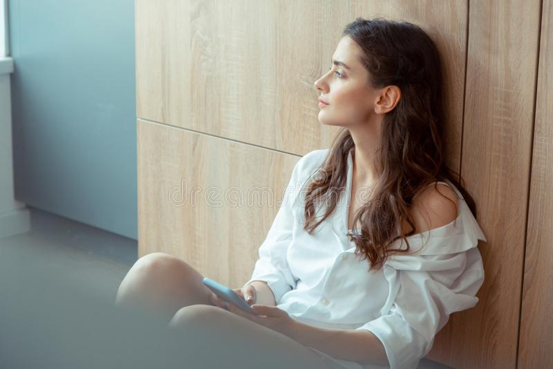 Manhã de apreciação pensativa do sentimento bonito da jovem mulher imagens de stock