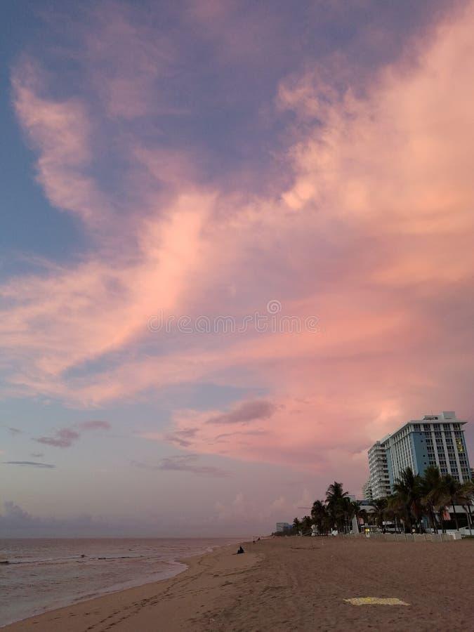 Manhã de Beautful no nascer do sol da praia foto de stock