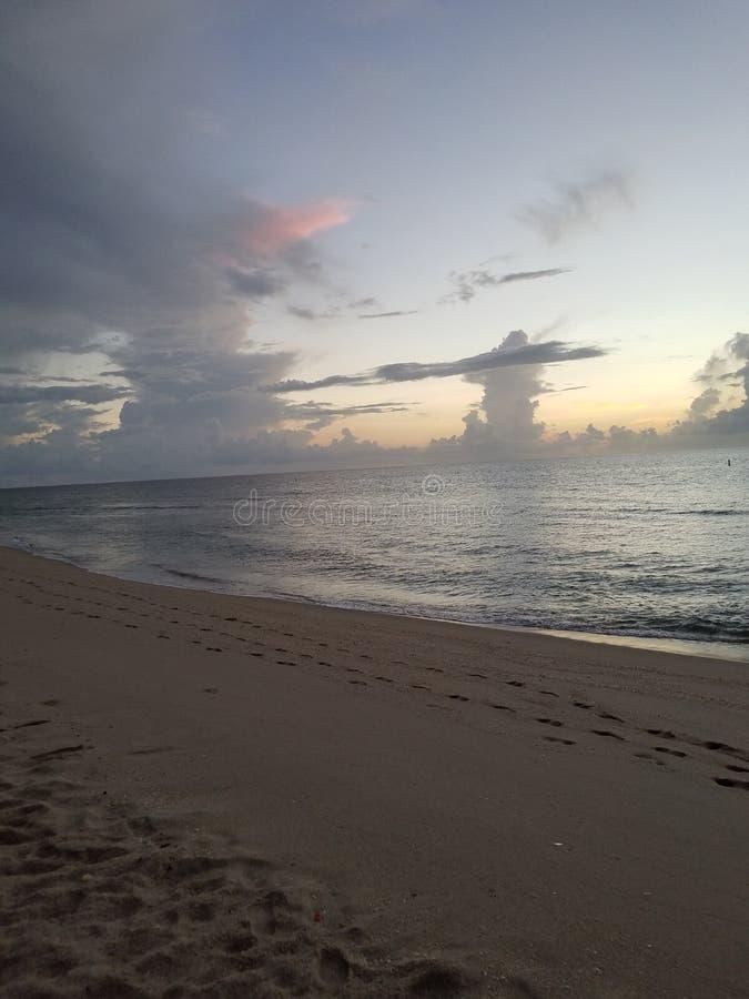 Manhã de Beautful no nascer do sol da praia foto de stock royalty free