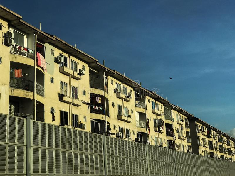 Manhã de Kuala Lumpur dos apartamentos dourada foto de stock