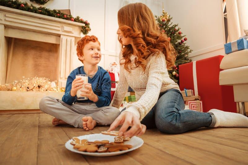 Manhã de Natal loving da despesa da mãe e do filho junto imagem de stock