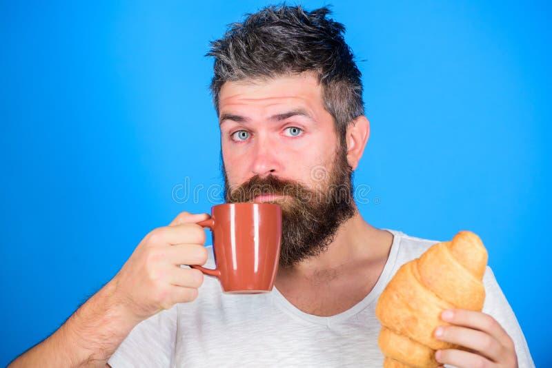Manhã do começo do homem com xícara de café e o croissant fresco Conceito da tradição da manhã Mas primeiro café Aprecie cada sor imagem de stock