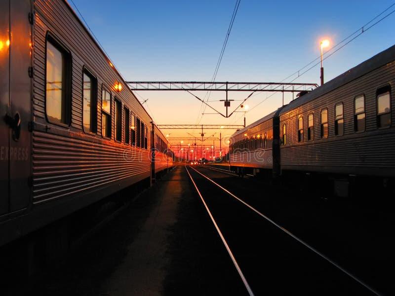 Amanhecer na estação de estrada de ferro fotografia de stock royalty free