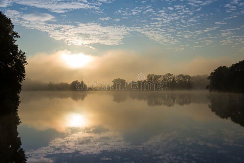 Manhã do início do verão na lagoa fotos de stock royalty free
