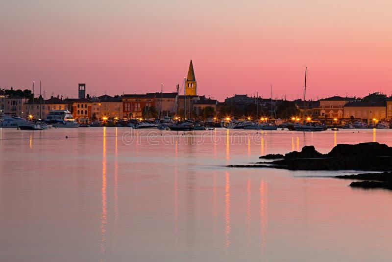 Manhã do início do verão no porto, cidade de Porec na Croácia foto de stock