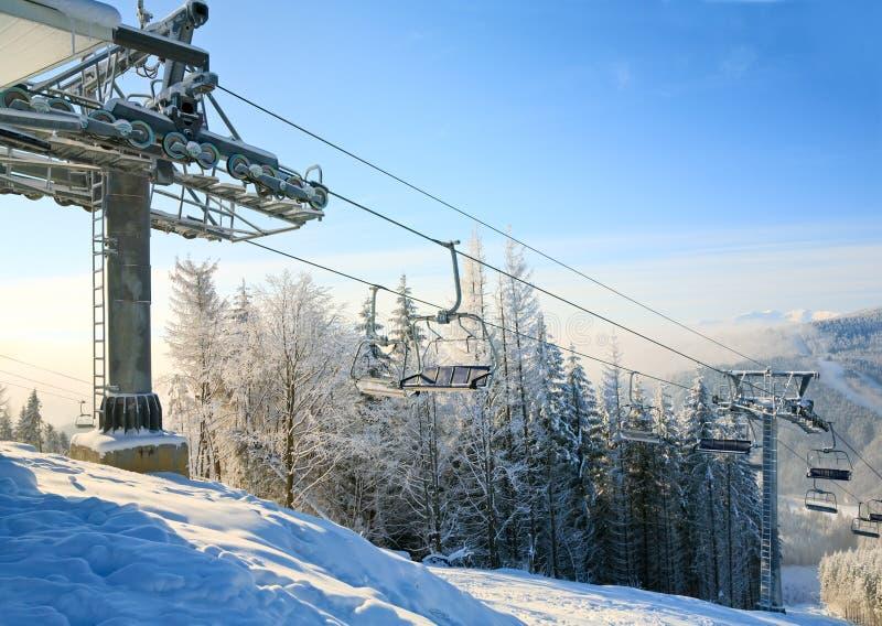 Manhã do inverno e elevador de esqui foto de stock royalty free
