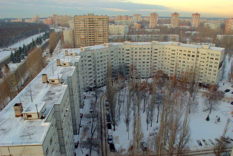 Manhã do inverno no distrito central de Tolyatti que negligencia uma de muitas construções residenciais de 9 andares imagens de stock royalty free