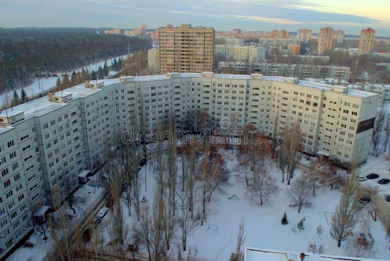 Manhã do inverno no distrito central de Tolyatti que negligencia uma de muitas construções residenciais de 9 andares foto de stock