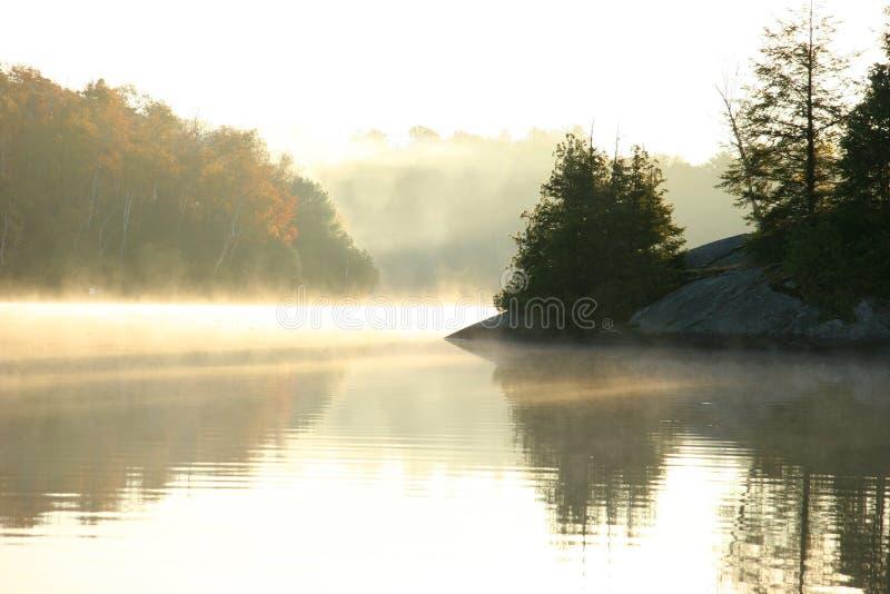 Manhã do outono em um lago do norte imagens de stock