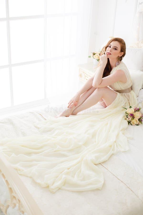 Manhã do ` s da noiva do boudoir Menina ruivo bonito em seu dia do casamento fotos de stock