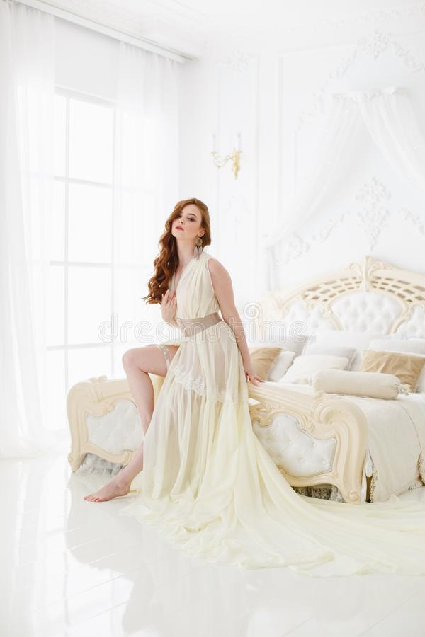 Manhã do ` s da noiva do boudoir Menina ruivo bonito em seu dia do casamento fotografia de stock royalty free