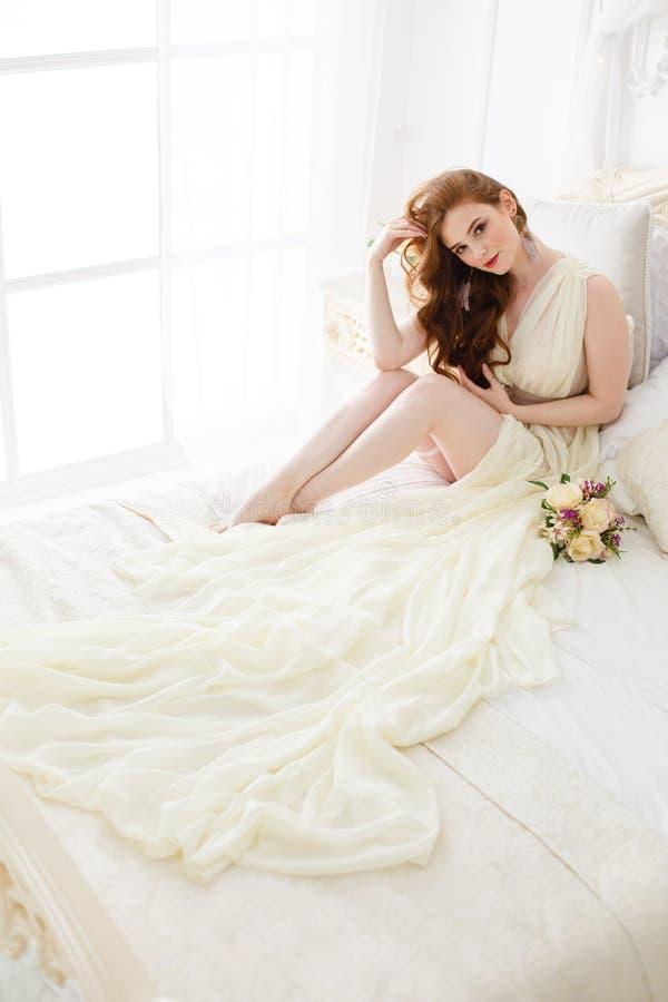 Manhã do ` s da noiva do boudoir Menina ruivo bonito em seu dia do casamento fotos de stock royalty free