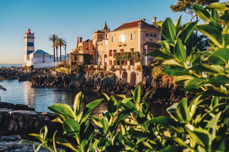 Manhã em Cascais, Portugal com Santa Marta Lightho famosa imagens de stock royalty free