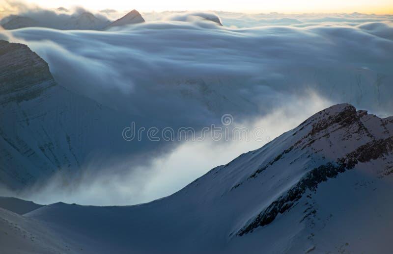 Manhã em montanhas do inverno foto de stock