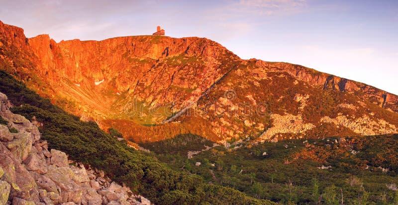 Manhã em montanhas gigantes (panorama) fotos de stock royalty free