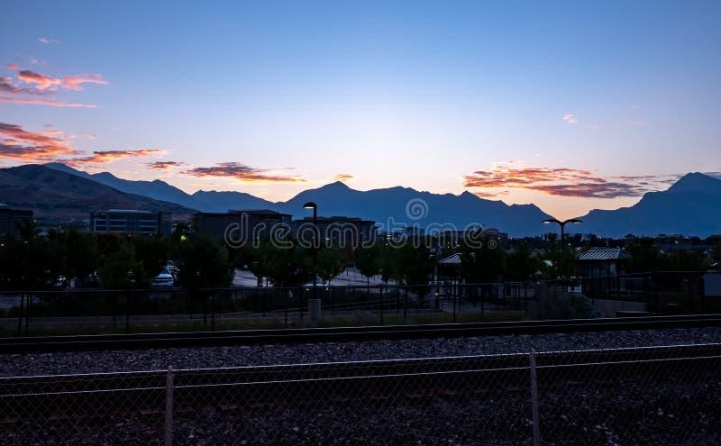 Manhã em um estação de caminhos-de-ferro com nuvens impressionantes foto de stock