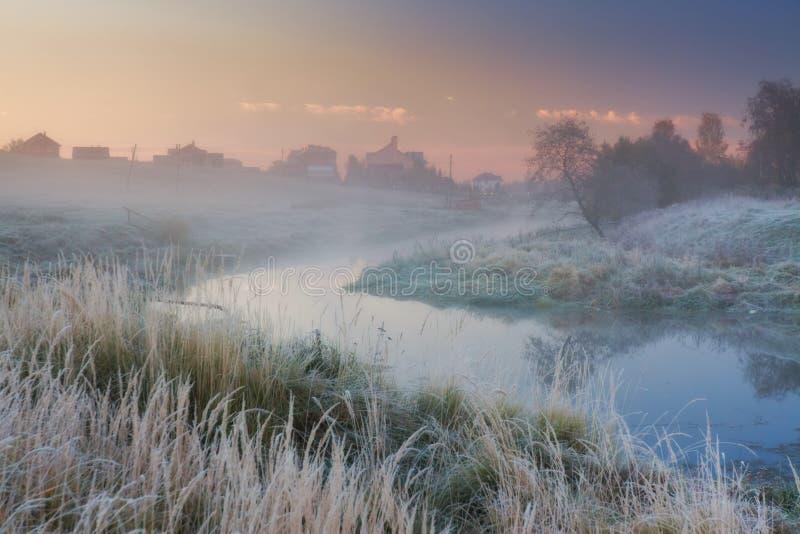 Manhã enevoada em um rio fotografia de stock