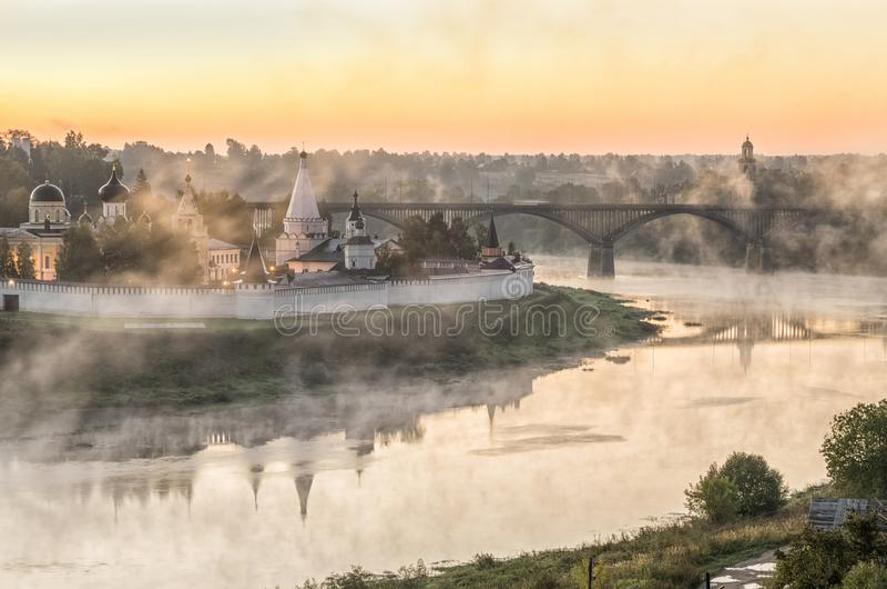 Manhã enevoada sobre o Rio Volga e o monastério em Staritsa fotografia de stock