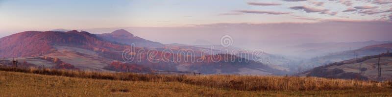 Manhã ensolarada de novembro em montanhas Carpathian fotografia de stock