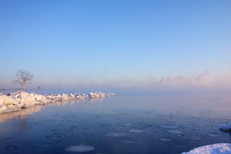 Manhã fria do inverno em Helsínquia pelo mar Báltico congelado metade foto de stock