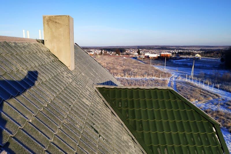Manhã gelado da telha verde no telhado da casa imagem de stock royalty free