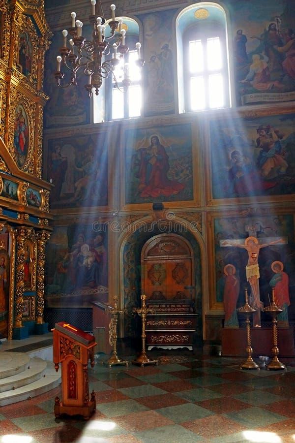A manhã iluminou a igreja velha, a Bíblia, Jesus na cruz imagem de stock