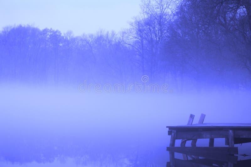 Manhã mágica e nevoenta imagem de stock